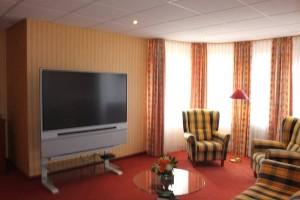 Appartment 101 Wohnbereich mit Groß-TV
